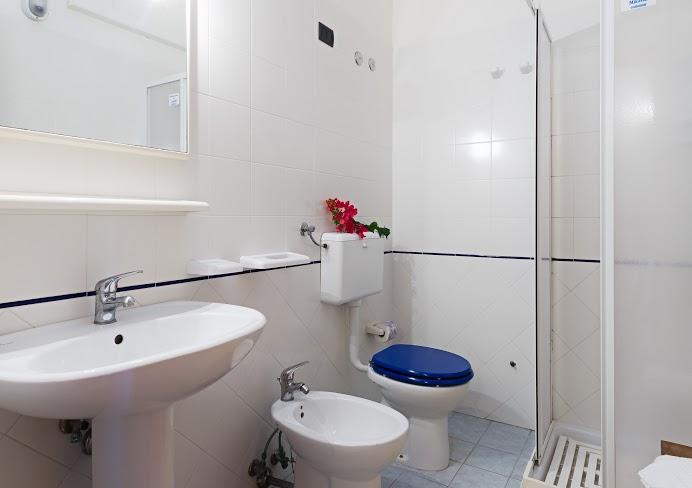 Cool bagno with foto di bagni arredati for Immagini di bagni arredati